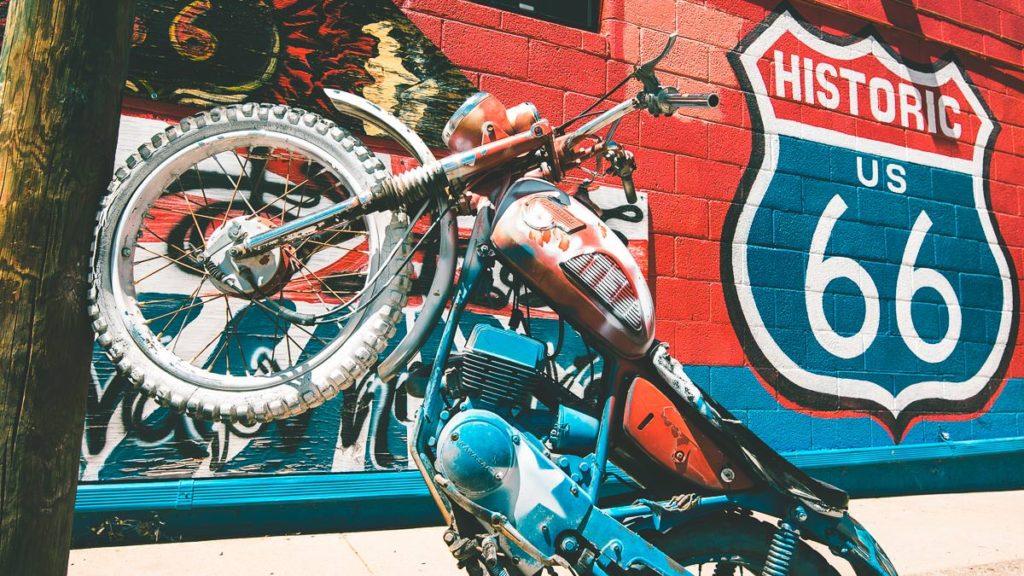 Altes Motorrad auf der Route 66 in Seligman, Arizona